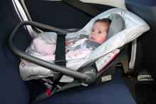 Bebê-conforto deve ser posicionado de costas para a dianteira do veículo