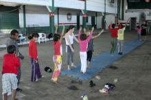 Crianças têm atividades orientadas de música e disciplinas circenses