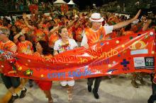 Na noite das campeãs, prefeito e primeira-dama desfilaram no bloco da Saúde