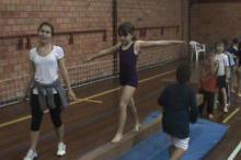 Atividades dirigidas a crianças envolve salto, solo, cama elástica e trave