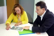 Luiz Fernando Moraes entrega a Abgail Pereira ofício com indicação de áreas