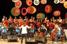 Orquestra reúne naipes de flautas doces, cordas, teclado, percussão e voz