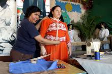 Para Maria (E), fazer o traje é mais do que costurar uma roupa comum