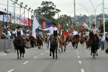 Com duração de 4 horas, desfile teve a participação de 5 mil pessoas