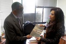 Elisete Moretto entrega a revista Observando para liderança do movimento