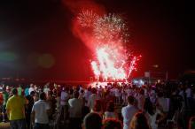 A queima de fogos à meia-noite é uma das atrações da festa