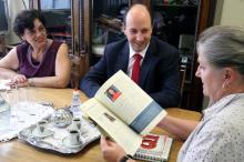 Cleci recebeu exemplares de revista sobre educação editada pelo grupo QI