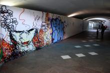 Túnel de acesso à plataforma ganhou desenhos feitos com grafite