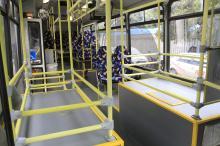 Interior dos ônibus tem espaço reservado para bagagens dos usuários
