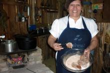 Na Copa, Maria da Graça ensinou estrangeiros a prepararem os bolinhos