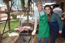 Rodrigo e Ana Carolina aproveitaram para conhecer segredos do churrasco gaúcho