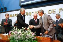 Fortunati cumprimenta o novo presidente da Câmara, Mauro Pinheiro
