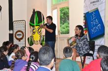 Cristina Ranzolin contou hist�rias para as crian�as na escola Jos� do Patroc�nio