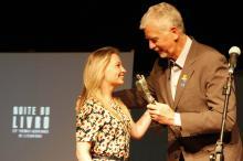Daniela recebeu o troféu e o prêmio de R$ 10 mil das mãos do prefeito