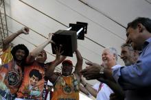 Fortunati, Sebastião Melo e o presidente da Liespa entregam o troféu