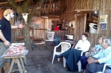 Visitantes descobrem técnicas do churrasco gaúcho em piquete