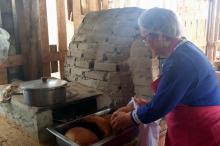 Passo a passo da receita foi mostrado em forno campeiro