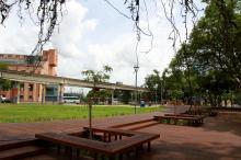 Praça tem nova iluminação, deck, quadra de futebol, academia e parquinho