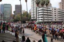 Centelha chegou ao Paço Municipal trazida por cavaleiros tradicionalistas