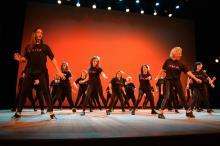 Alunos que participaram das aulas de dança e ritmos são as atrações do show