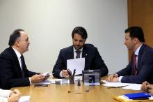 Com ministro Alexandre Baldy (C), prefeito solicitou apoio para obras de saneamento