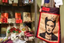 Entre os produtos estão blocos, cadernos, bolsas ecológicas, camisetas e velas