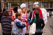 Dois cupidos distribuíram preservativos e convidaram o público a fazer os exames