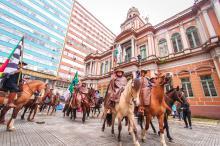 Centelha foi trazida à prefeitura pelos Cavaleiros Tradicionalistas