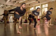 Coreografia de Gustavo Silva faz um percurso dramatúrgico da mata às raves