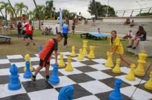 Xadrez gigante é uma das atividades oferecidas gratuitamente à população