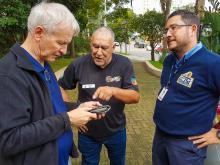 Auxiliado pela EPTC, taxista Luiz Pires entregou a carteira ao aposentado