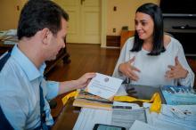 Diretora-presidente, Helen Machado, entrega relatório ao prefeito Marchezan
